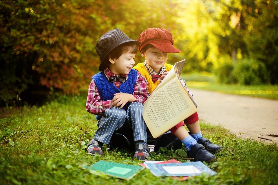 apprendre à parler PETIT-GARCON-LIVRE-UNE-HISTOIRE-POUR-MON-ENFANT